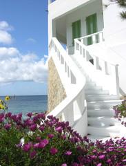 Weisse, unbewohnte Villa am Meer/white seaside mansion