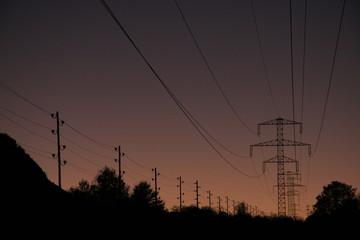 Stromleitungen in der Abenddämmerung
