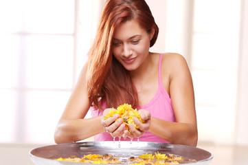 Junge Frau mit Blumenschale