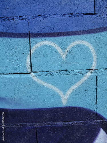 coeur blanc sur mur bleu de blue moon photo libre de droits 12984200 sur. Black Bedroom Furniture Sets. Home Design Ideas