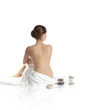 Obraz pięknej pani z wite ręczniki na białym piasku