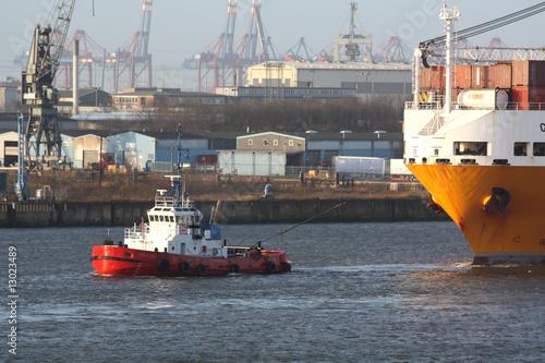 Schlepper zieht grosses Schiff im Hamburger Hafen - 13023489