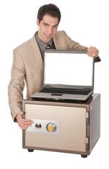 Geschäftsmann mit Tresor und Laptop