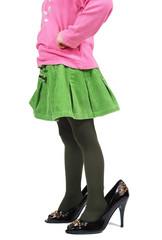 bambina con scarpe grosse