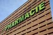 enseigne pharmacie sur un bâtiment commecial en bois - 13062419