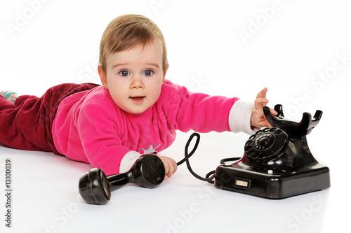 Kind spielt mit einem alten Telefon