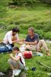 famille en randonnée prenant un pique-nique