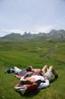 famille en randonnée s'allongeant dans l'herbe