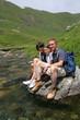 famille en randonnée assis sur un rocher
