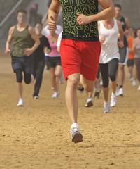Jóvenes corriendo por la playa