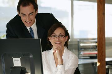 homme et femme souriants avec ordinateur