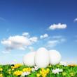 Weisse Ostereier und blauer Himmel