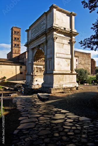 arco di trionfo del imperatore Tito a Roma in Italia