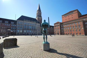 Kieler Rathausplatz mit Schwertkämpfer