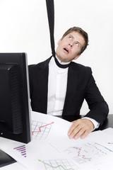 mann hängt an krawatte