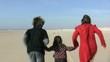 courir en famille de dos au ralenti