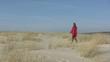 femme seule marchant dans les dunes