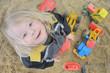 Kind beim Sandspielen