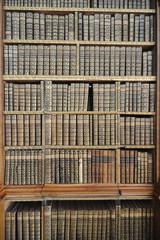 historisches Bücherregal