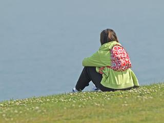 Mujer sentada en la hierba