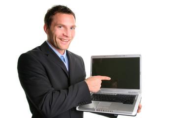 Mann präsentiert ein Notebook