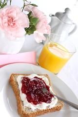 Frühstück Toast mit Marmelade und Orangensaft