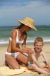 jeune femme et garçon à la plage