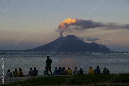 Leinwandbild Motiv Vulkan Lopevi  Vanuatu, Ausbruch in Abendstimmung