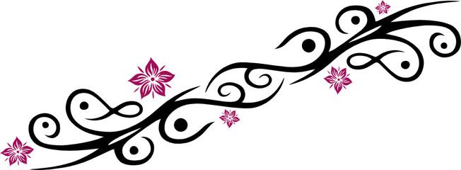 Feminines Tribal mit Blüten