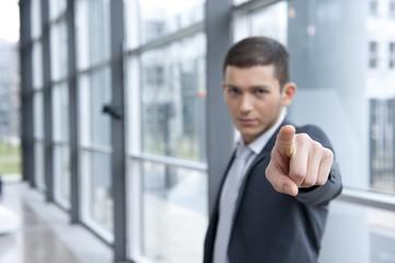 geschäftsmann im anzug zeigt mit finger  und lacht