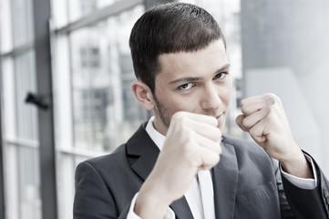 geschäftsmann hebt fäuste für boxkampf