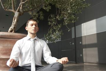 geschäftsmann macht yoga in büro