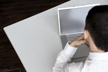 mann sitzt vor bildschirm display
