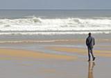 Chico en la playa poster