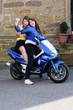 Teenager mit Motorroller