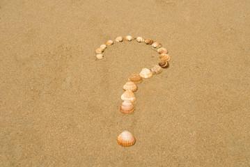 Fragezeichen mit Muscheln am Strand