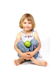 Mädchen im Schneidersitz mit Apfel
