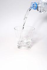 Vertendo água para o copo