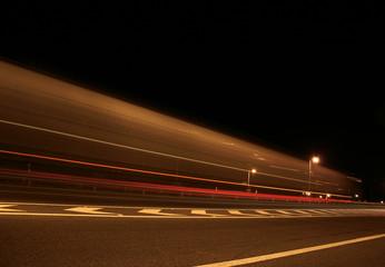 Camião em alta velocidade na auto-estrada