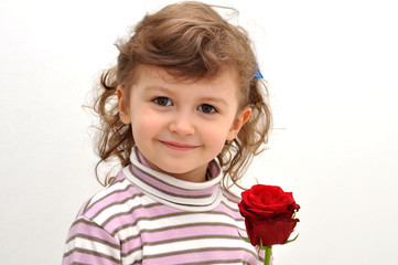 bambina con rosa rossa