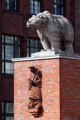 Bär und Mann aus Stein