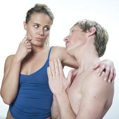 homme suppliant sa petite amie
