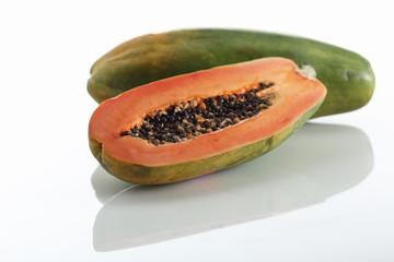 Papaya, ganze Frucht und Halbe Frucht auf weissem Hintergrund