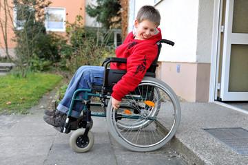 Behinderter Junge im Rollstuhl