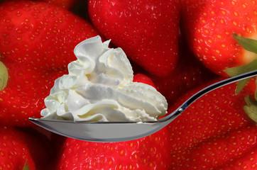 Sahne und Erdbeeren