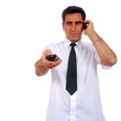 homme qui zap et téléphone...