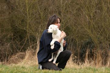 jeune femme tenant son chiot dogue argentin dans les bras