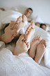 pieds nus sous une couverture