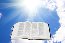 Pismo Święte w niebie oświetlony przez światło słoneczne