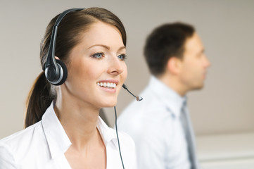 Zwei Personen im Call-Center